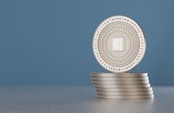 堆银色隐藏货币铸造与cpu标志作为数字式货币、网路银行或者飞翅技术的例子 免版税库存图片