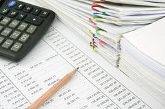 堆销售和收据在财务帐户 免版税库存照片