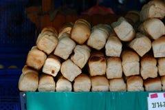 堆长的大面包 免版税库存照片