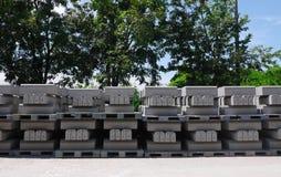 堆预制混凝土在工厂 免版税库存图片