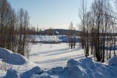 堆领域开发中在寒带草原家 堆在永冻土被安装 库存图片