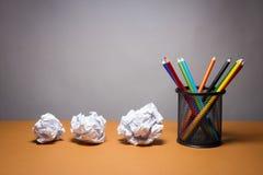 堆颜色铅笔和被弄皱的纸 企业失望、工作压力和不合格的检查概念 免版税图库摄影