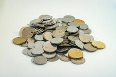 堆马来西亚硬币的银和金子颜色 免版税库存照片
