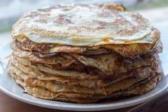 堆鲜美薄煎饼 传统俄国薄煎饼 甜早餐概念 点心概念 免版税库存图片