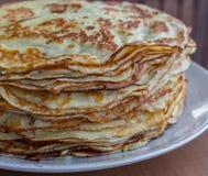 堆鲜美薄煎饼 传统俄国薄煎饼 甜早餐概念 点心概念 库存图片