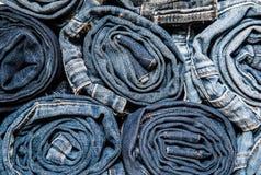 堆滚动的牛仔裤的背景紧密  免版税库存照片