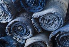 堆滚动的牛仔裤的背景 免版税库存照片