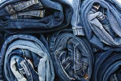 堆滚动的牛仔裤的背景 库存图片