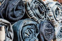 堆滚动的牛仔裤的背景 图库摄影