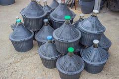 堆水和酒的加仑 库存照片