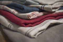 堆织品样片镶边和简单的棉花亚麻布 免版税库存照片