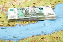 堆1000在贝加尔湖,西伯利亚,俄罗斯地图的卢布俄国票据  库存照片