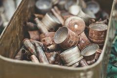 堆从攻击步枪和登上的枪榴弹发射器的老生锈的壳框在金属箱子 库存照片