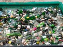 堆玻璃废物准备好回收 免版税库存照片
