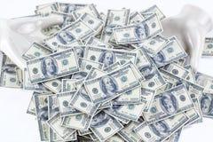 堆100美元笔记两只白色陶瓷手 免版税库存照片