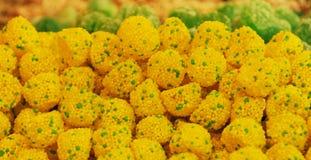堆黄色和绿色糖果 库存图片