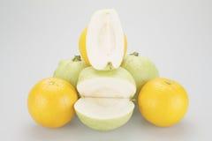 堆绿色番石榴和橙黄 免版税库存图片
