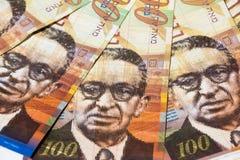 堆100锡克尔-顶视图以色列金融法案  图库摄影