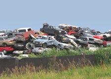 堆junked和被击毁的汽车。 库存照片