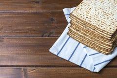 堆matzah或matza在一张木桌上 免版税库存图片