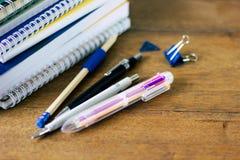 堆notebads和笔在木桌上 免版税图库摄影