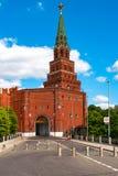 堡垒克里姆林宫名为` Borovitskaya `塔  从的许多游人不同的国家也许看它每天 图库摄影