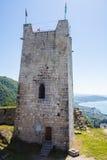 堡垒古老城堡的墙壁和塔在海背景的 库存图片