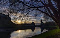 堡垒和日落剪影 克里姆林宫普斯克夫 库存照片