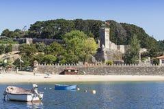 堡垒和海滩在巴约讷 蓬特韦德拉 加利西亚 库存图片