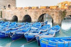 堡垒和蓝色渔船在索维拉 摩洛哥 免版税图库摄影