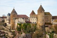 堡垒和被加强的塔在Semur en Auxoi中世纪镇  免版税库存图片