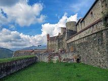 堡垒在几个阶段修建的拉加尔德在一个老中世纪信号塔在普拉特德莫洛-拉-普雷斯特,Lagardia,比利牛斯附近 免版税库存照片