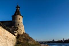 堡垒墙壁和一个塔在河岸 免版税库存图片