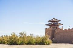 堡垒墙壁和城楼看法在杨通行证历史站点,在阳关,甘肃,中国 库存照片