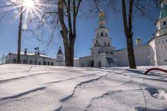 堡垒墙壁和门教会在新耶路撒冷修道院的东部圣洁门 Istra,莫斯科郊区,俄罗斯 免版税库存照片