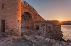 堡垒墙壁在日落的港口 罗得岛,希腊 免版税图库摄影