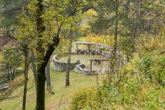 堡垒墙壁的遗骸的看法从麸皮城堡windowin的 麸皮城市在罗马尼亚 免版税库存图片