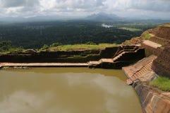 堡垒废墟在锡吉里耶狮子岩石顶部的 免版税库存照片