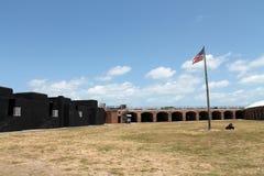 堡垒泰勒庭院和旗子 免版税图库摄影