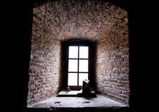 堡垒窗口和厚实的砖墙 免版税库存图片