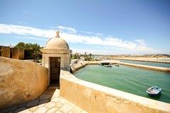 从堡垒长处da Ponta da Bandeira的看法在拉各斯向有小游艇船坞和老镇的,阿尔加威江边 图库摄影