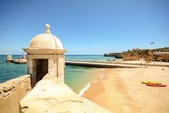 从堡垒长处da Ponta da Bandeira的看法在拉各斯向有海滩普腊亚da红薯的,阿尔加威江边 免版税库存图片