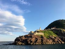 堡垒阿默斯特灯塔的美丽的景色,当划船时 免版税库存图片