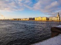 堡垒冻结的neva保罗・彼得・彼得斯堡多雪的st冬天 图库摄影