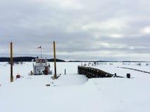堡垒Chipewyan,亚伯大,加拿大- 2016年3月17日, :小船docke 免版税库存照片