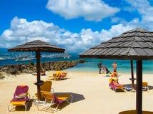 堡垒de法国,马提尼克岛- 2013年2月08日:小船和海滩在马提尼克岛海岸  免版税库存照片