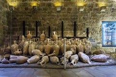 堡垒Koules的内部看法 从Rhodian海难的Amphorae 免版税库存照片