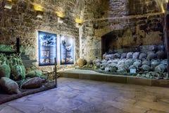 堡垒Koules Castello的内部看法母马 从Rhodian的Amphorae离开和拜占庭式的正确的海难 免版税库存照片