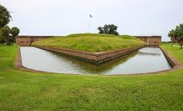 堡垒Pulaski,乔治亚 与草的外部护城河区域 免版税库存照片