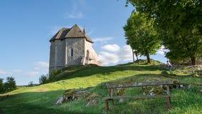 堡垒Sokolac的遗骸在Brinje,克罗地亚村庄  免版税库存图片